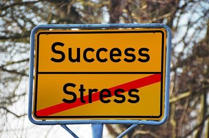 Success - przekreślony napis stress